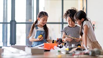 children-working-together